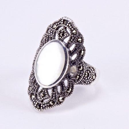 Ezüst gyöngyház és markazit köves gyűrű